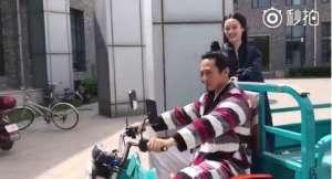 """厉害了!邓超骑三轮车载孙俪 还说是""""最好的生活"""""""